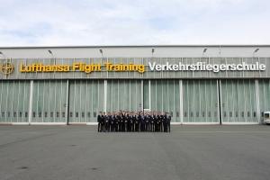 Gruppenfoto vor dem Hangar der LFT